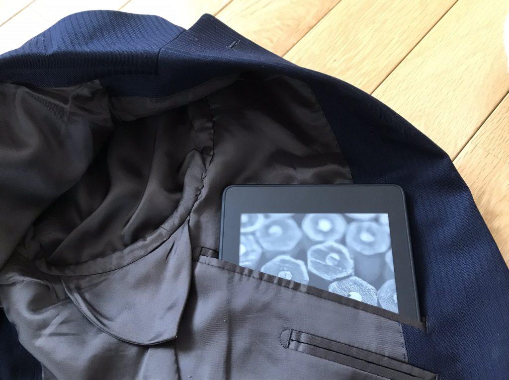 Kindle Paperwhiteスーツのポケットに入れる