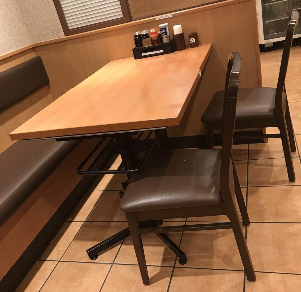 日高屋テーブル席