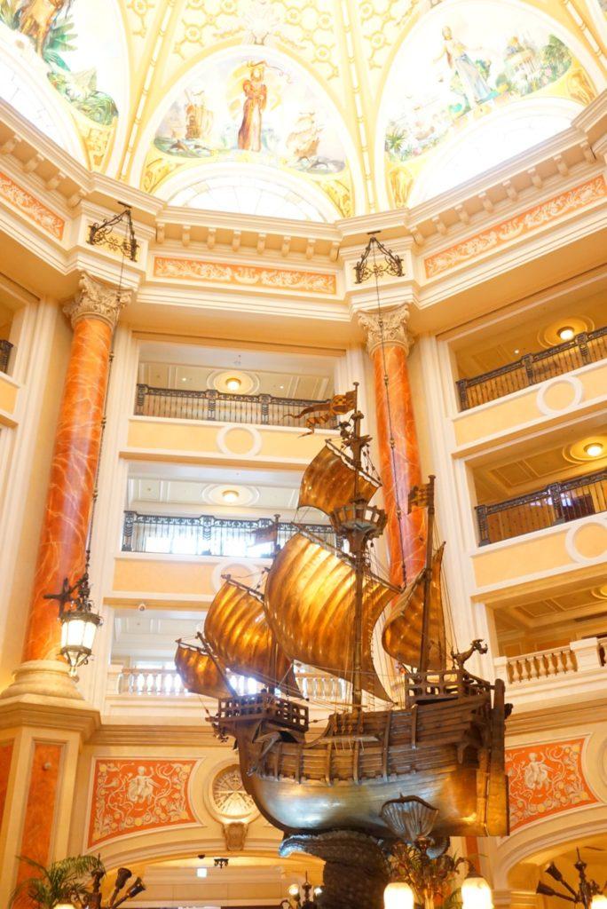 ホテルミラコスタエントランスの船